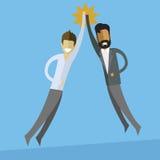 biali i indyjscy biznesowi mężczyzna robi wysokości pięć royalty ilustracja
