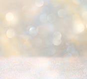 Biali i srebni abstrakcjonistyczni bokeh światła defocused tło Obraz Stock