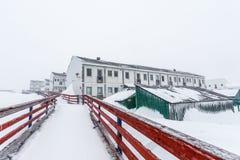 Biali Inuit utrzymania bloki na ulicie po ciężkiego opadu śniegu Nu, Fotografia Royalty Free