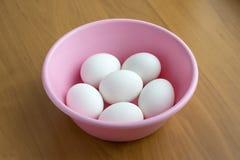 Biali jajka w rose bowl Zdjęcie Stock