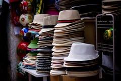 Biali kapelusze z rzędu Zdjęcie Royalty Free