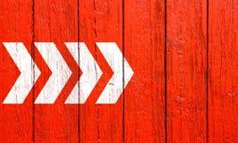 Biali kierunkowej strzały znaki wskazuje kierunek opuszczali dobro malujący na czerwonym drewno ściany signboard tekstury tła szt ilustracja wektor