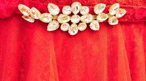 Biali klejnoty na czerwieni koronce zdjęcia royalty free