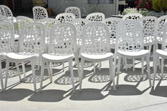Biali klingerytów krzesła dla ślubu z rzędu Obrazy Stock