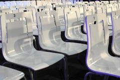 Biali klingerytów krzesła w przekątnie Zdjęcia Royalty Free