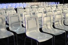 Biali klingerytów krzesła w rzędach Zdjęcie Stock