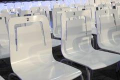 Biali klingerytów krzesła z liczbami Zdjęcie Stock