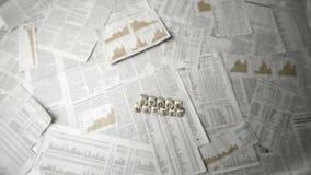 Biali kostka do gry literuje out rynek papierów wartościowych spada nad prześcieradłami papier zbiory