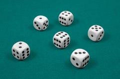 Biali kostka do gry na zieleni czującej Obraz Stock