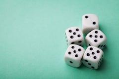 Biali kostka do gry na zielonym stole Uprawiać hazard przyrząda Odbitkowa przestrzeń dla teksta Gra szansy pojęcie obraz royalty free