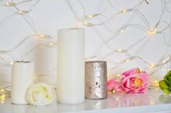 Biali kwiaty w przejrzystej wazie na białym tle fotografia stock