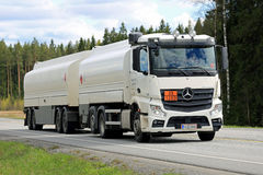 Biali 2545 Mercedes-Benz Actros Cysternowa ciężarówka na drodze Obrazy Royalty Free