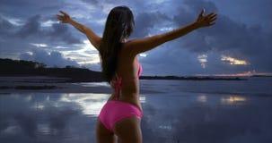 Biali millennial kobiet spojrzenia out na burzowym zmierzchu na plażach St John Obrazy Royalty Free