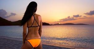 Biali millennial kobiet spojrzenia out na Karaibskim zmierzchu Obrazy Royalty Free