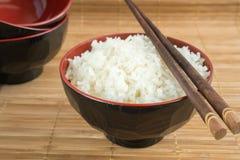 Biali odparowani ryż w pucharze z chopsticks Zdjęcie Royalty Free