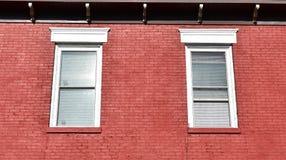 Biali okno w czerwonej ścianie z cegieł obraz royalty free