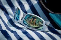 Biali okulary przeciwsłoneczni Odbija lato Plażową scenę Obraz Stock