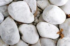 Biali otoczaków kamienie Zdjęcia Royalty Free