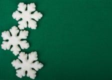 Biali płatki śniegu na zielonych bożych narodzeniach, nowego roku tło Obrazy Stock