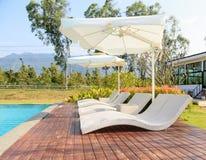 Biali pływaccy baseny z dużymi parasolami Fotografia Royalty Free