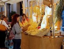 Biali palmowi żeńscy sprzedawcy przy kilka ulicznymi kramami podczas Wielkanocnych wakacji w Elche mieście, Hiszpania obrazy stock