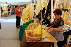 Biali palmowi żeńscy sprzedawcy przy kilka ulicznymi kramami podczas Wielkanocnych wakacji w Elche mieście, Hiszpania zdjęcia royalty free