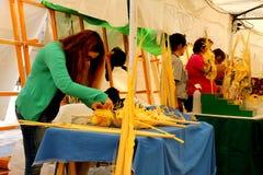 Biali palmowi ?e?scy sprzedawcy przy kilka ulicznymi kramami podczas Wielkanocnych wakacji w Elche mie?cie, Hiszpania fotografia royalty free