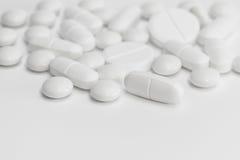 Biali pigułki, pastylki /medicine/- medyczny tło Zdjęcie Royalty Free