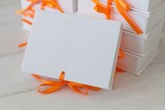 Biali prezentów pudełka na białym drewnianym tle Obrazy Royalty Free