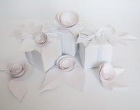 Biali prezenty i biali papierowi kwiaty Zdjęcie Stock