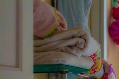 Biali ręczniki czeka prysznic zdjęcie royalty free