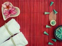Biali ręczniki, fliwers w serce kształtującym talerzu i aromat, Konusują na ponownym Obrazy Royalty Free