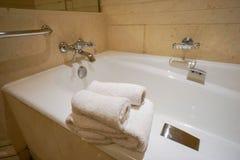 Biali ręczniki na wannie w łazience fotografia royalty free