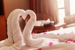 Biali ręczniki przekręcający serca i łabędź zdjęcie royalty free