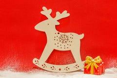 Biali renifera i prezenta pudełka w śniegu na czerwonym tle obrazy royalty free