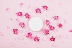 Biali round puste miejsce, menchii róży kwiaty i płatki dla, zdroju lub ślubnego mockup na pastelowego tła odgórnym widoku piękny fotografia stock