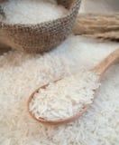 Biali ryż na drewnianej łyżce w workowej torbie zdjęcia stock