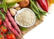 Biali ryż w pucharze i świeżych warzywach Obrazy Royalty Free