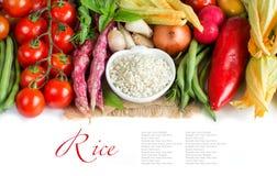 Biali ryż w pucharze i świeżych warzywach Fotografia Stock