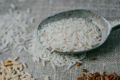 Biali ryż na burlap tle Zdjęcie Stock