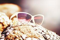 Biali słońc szkła na wybrzeżu Zdjęcia Royalty Free