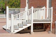 Biali schodki prowadzi wejście ceglany dom fotografia royalty free