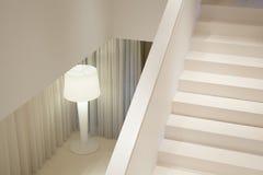 Biali schodki w luksusowym mieszkaniu fotografia royalty free