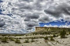 Biali skłony góra Ak-Kaya sławny widok Crimea na chmurnym letnim dniu, zdjęcie stock