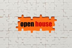 Biali szczegóły łamigłówka na pomarańczowym tła i słowa Otwartym domu zdjęcie stock