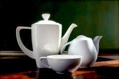 Biali teapots i filiżanka horyzontalni Zdjęcie Stock