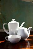 Biali teapots i filiżanki vertical Fotografia Royalty Free