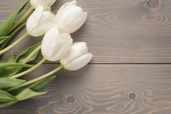 Biali tulipany na starym drewno stole Fotografia Royalty Free