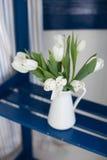 Biali tulipany w wazie Fotografia Stock