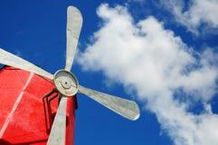 Biali wiatraczka metalu vanes przeciw chmurom i niebieskiemu niebu Fotografia Royalty Free